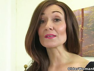 English milf Kitty Cream puts her fingers to comport oneself