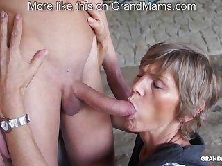 Horny old cougar tapes apropos their way young toyboy and sucks him off