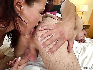 This mature slut wants this guy's tongue surpassing her clitoris before having sex